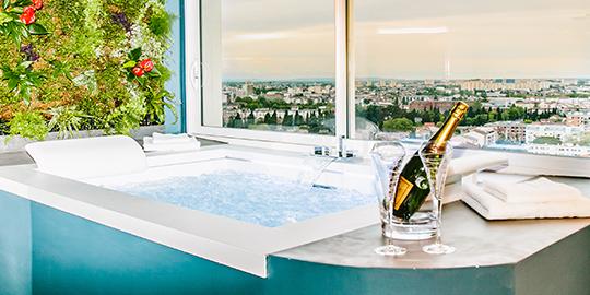 Suite Emeraude avec jacuzzi privatif, cuisine et salle de bain haut de gamme à Toulouse